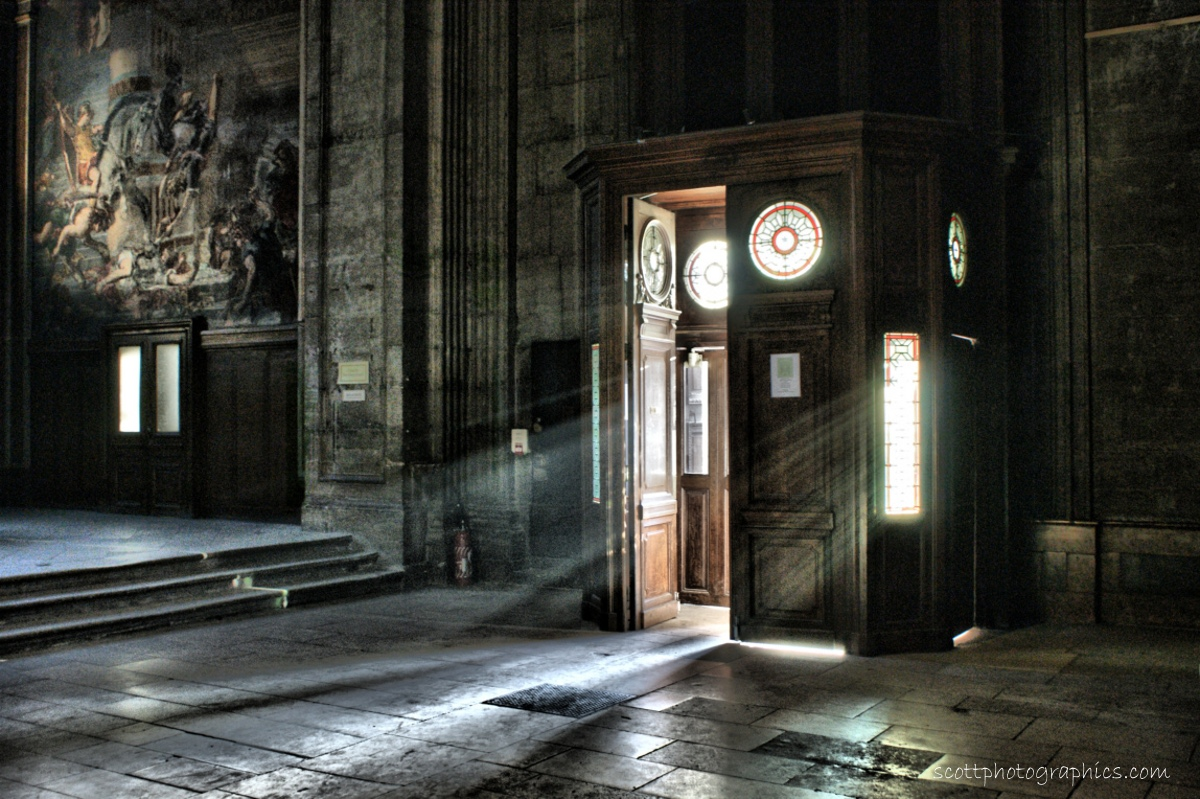 http://www.images.scottphotographics.com/shot-of-the-day/%2314/french-parisian-church-light-rays-2.jpg