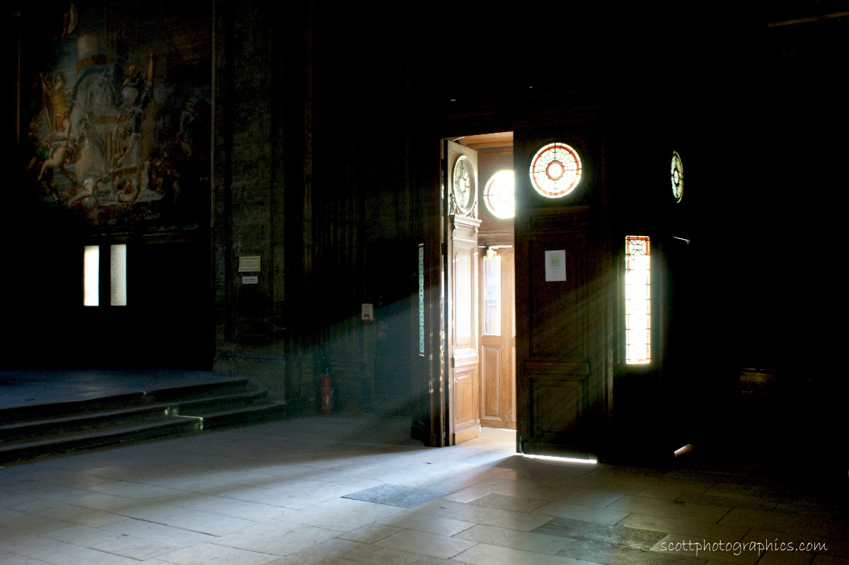 http://www.images.scottphotographics.com/shot-of-the-day/%2314/french-parisian-church-light-rays.jpg